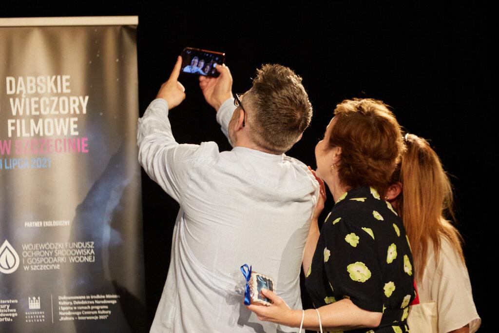 Krzysztof Spór, Gabriela Muskała i Sylwia Witkowska robią sobie selfie podczas 15. DWF