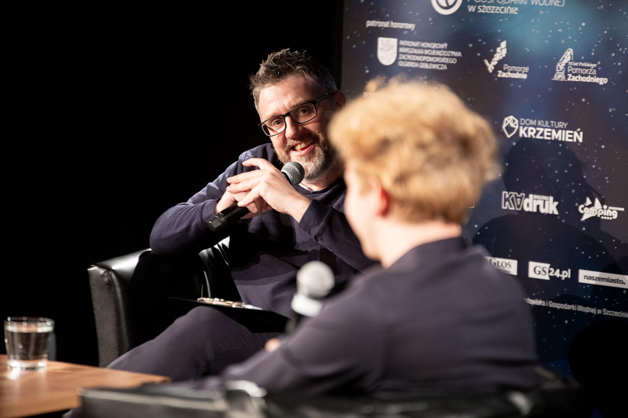 Krzysztof Spór rozmawia z Maciejem Musiałowskim podczas 14. DWF