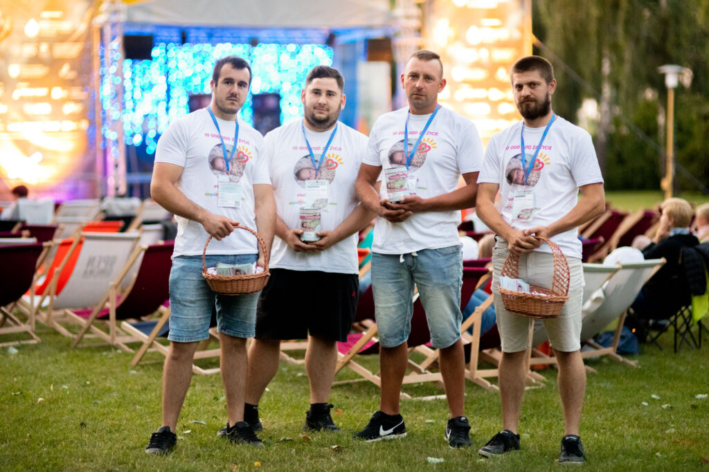 Wolontariusze Ingi Niedźwieckiej podczas 15. DWF